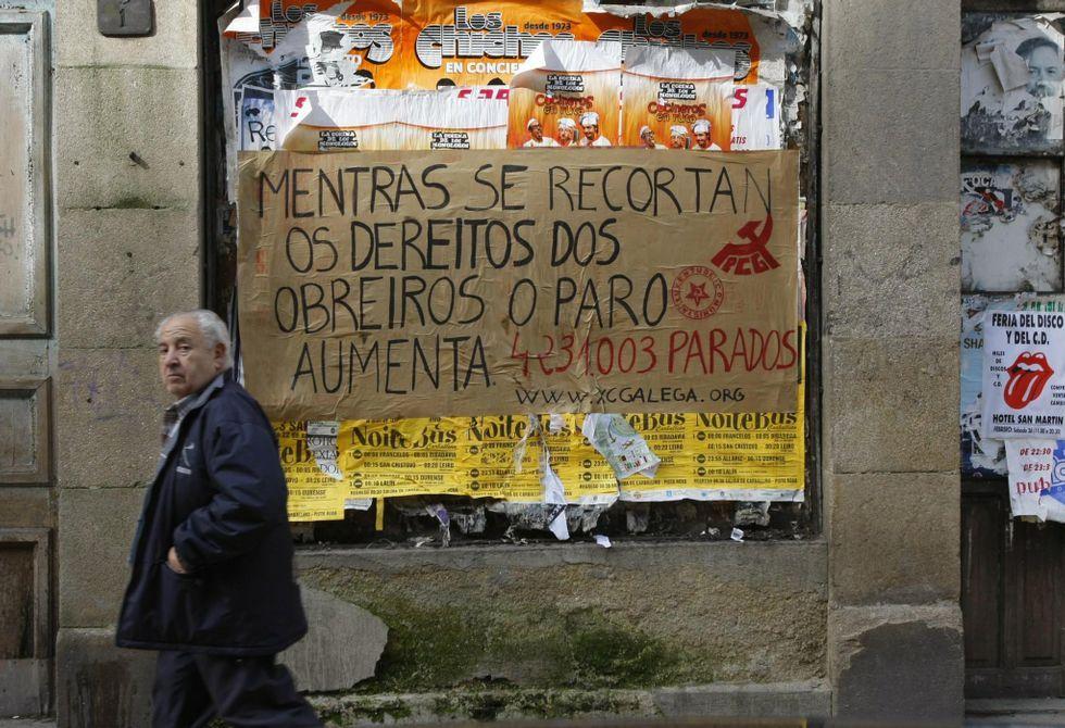 Pancarta contra los recortes laborales y el paro, que los ourensanos creen que continuará.