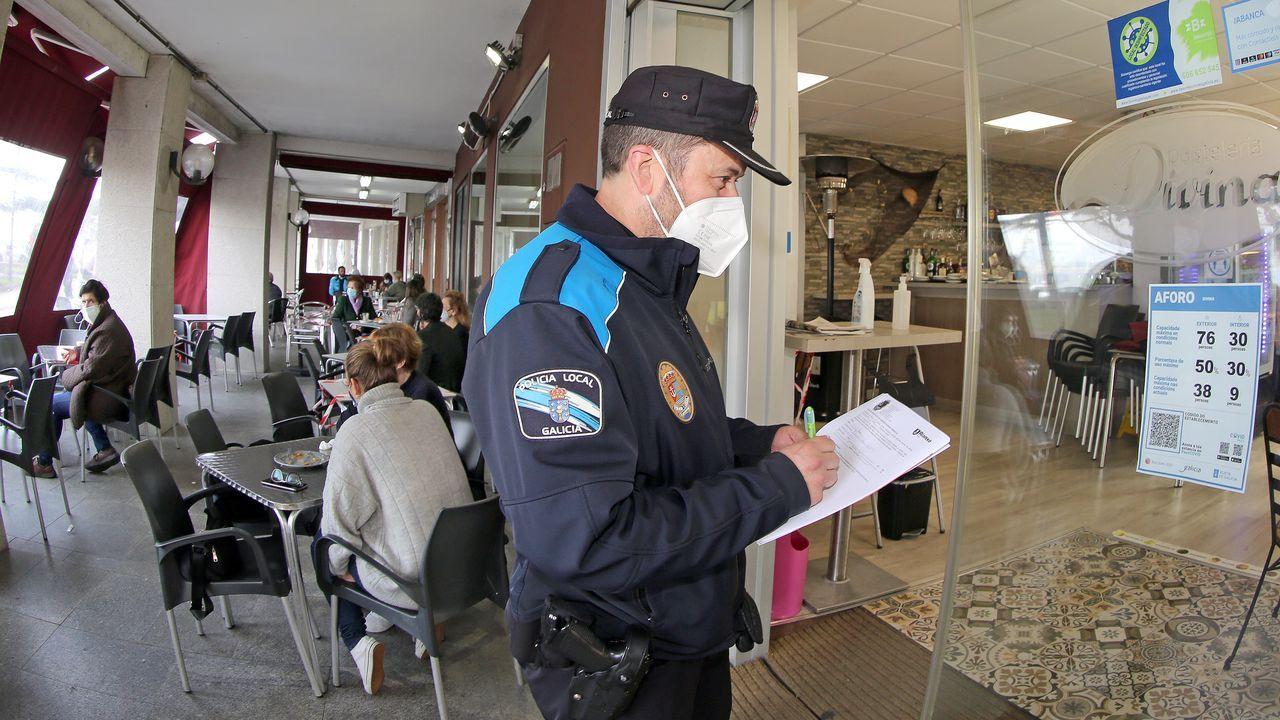 Un agente de la Policía Local vigila que se cumplan las medidas de seguridad en los establecimientos hosteleros
