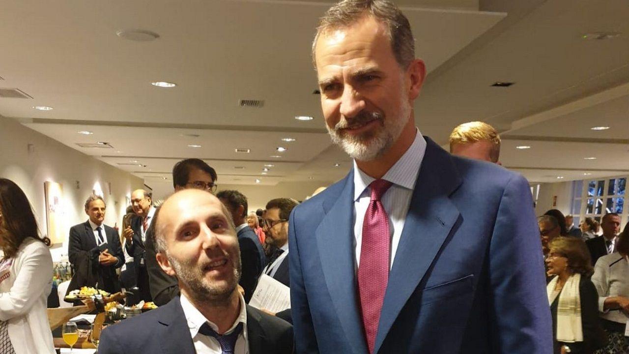 Las mejores imágenes del desfile de la Fiesta Nacional.El alcalde de Ourense, Gonzalo Pérez Jácome, con el rey de España, Felipe VI