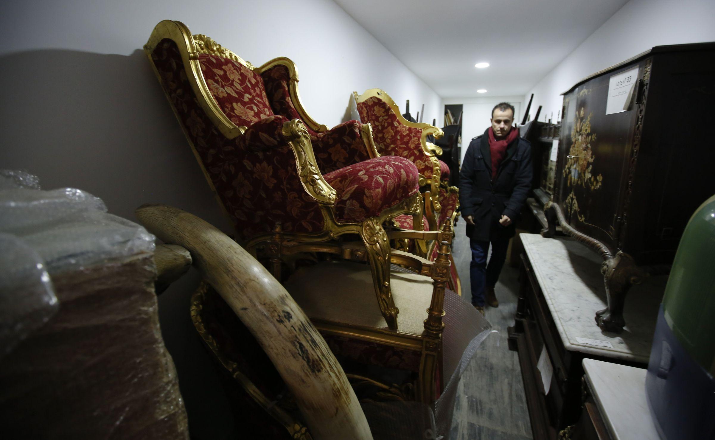 Suntuosos sillones, cuernos de marfil y muebles antiguos de gran valor figuran entre los bienes depositados