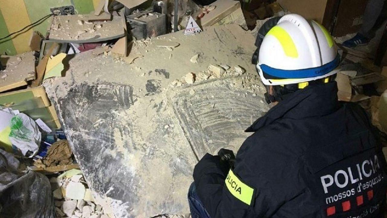 Una plancha metálica que salió despedida del reactor, mató a la primera víctima de la explosión.Un joven pereció atropellado en Pontevedra el sábado, junto al puente de A Barca