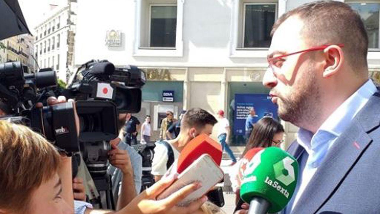 Calviño: «La falta de Gobierno operativo tiene un coste».El presidente del Principado, Adrián Barbón