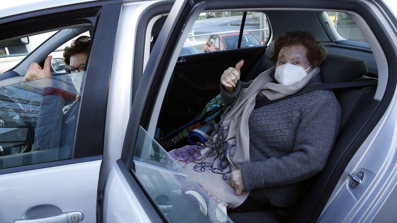 Cinco centenarios del entorno de Santiago cuentan su vida en la pandemia del covid.Mayores de 80 años acuden a vacunarse al centro de salud de O Saltiño en Boiro