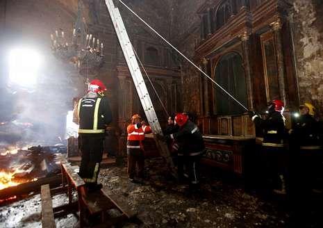 Los equipos de emergencias se afanan en recuperar algunas lámparas entre los escombros.