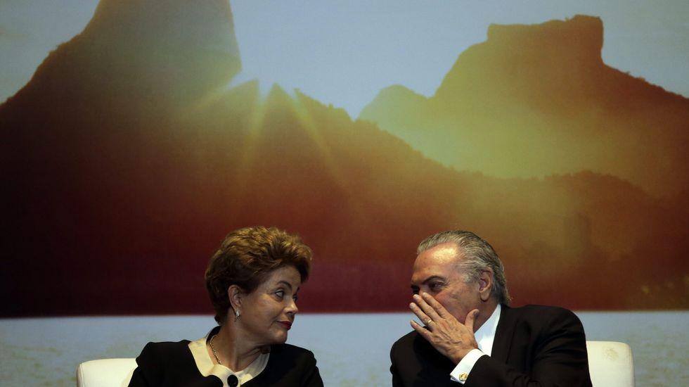 El delegado de Iberdrola en Galicia, junto a Francisco Conde y Patricio Fernández, director general de Industrias Ferri ante la grúa.