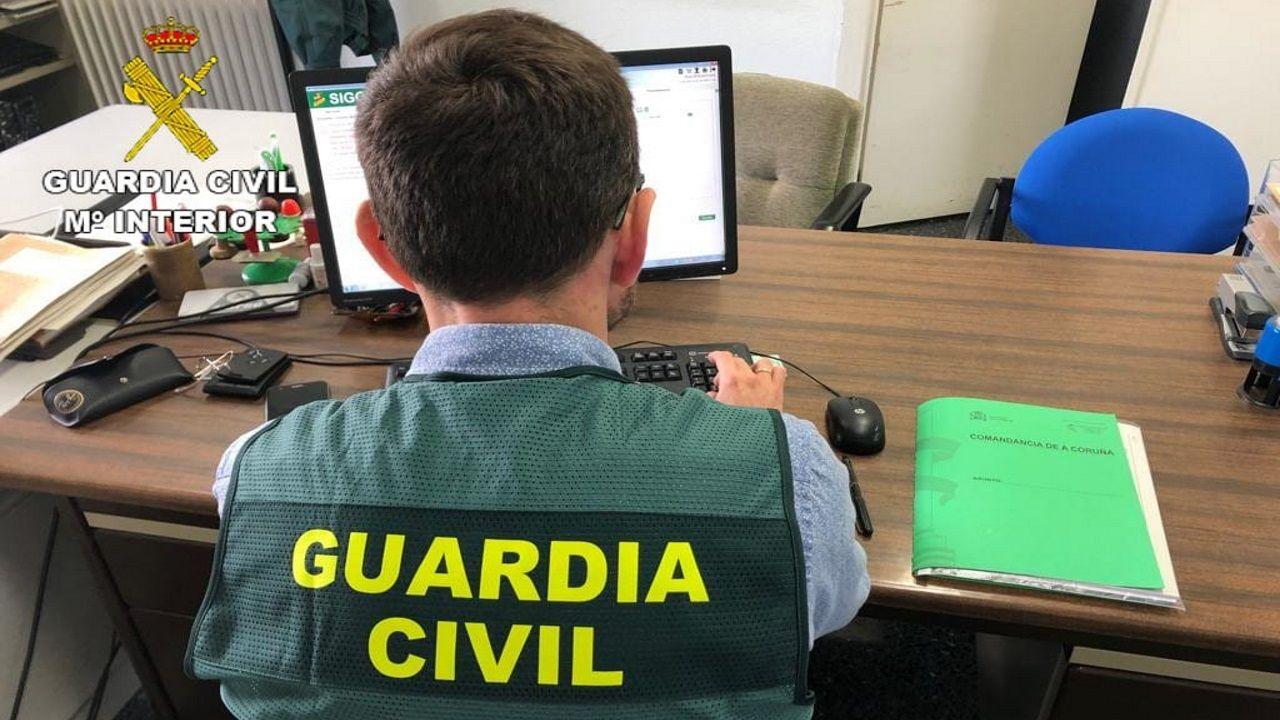 Imagen de archivo de un guardia civil frente a un ordenador