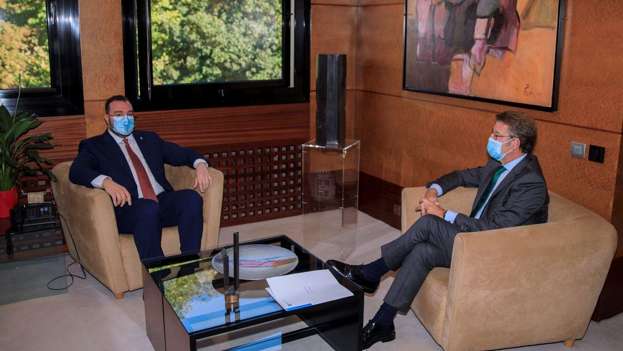 El presidente del Principado de Asturias, Adrián Barbón (i), recibió este domingo al presidente de la Xunta de Galicia, Alberto Núñez Feijóo, en la sede de Presidencia, en Oviedo