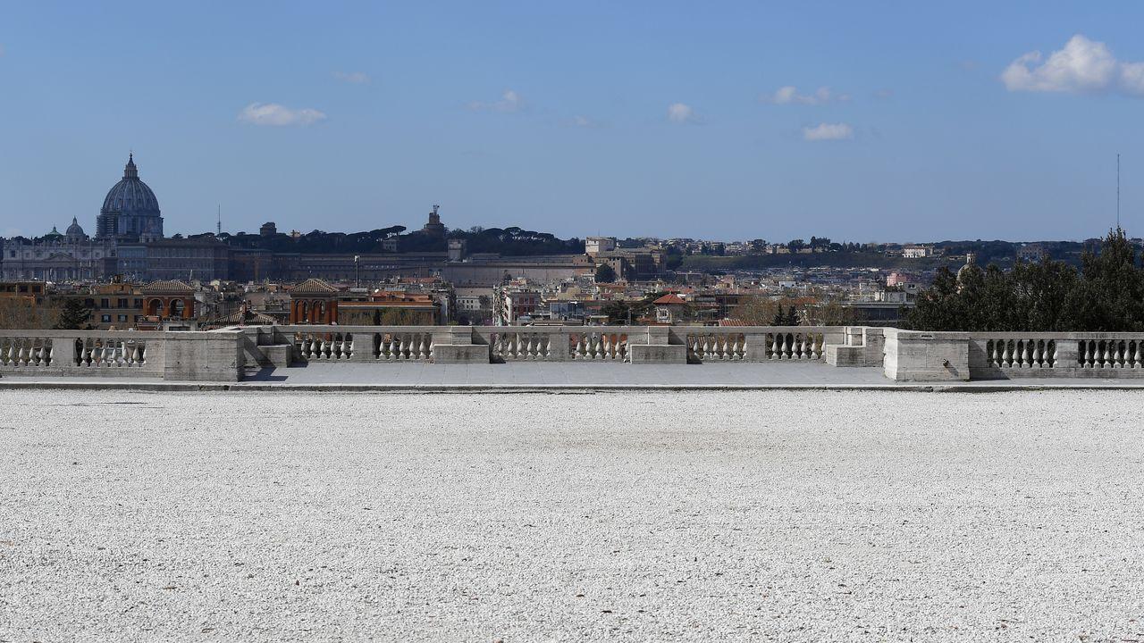 Roma, vista desde una vacía terraza del Pincio.