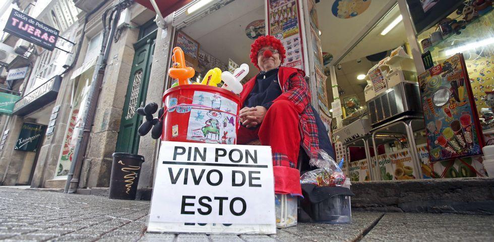 Don Pin Pon, en la calle Peregrina de Pontevedra, donde es ya un clásico entre niños, padres y uno más entre los que allí trabajan.