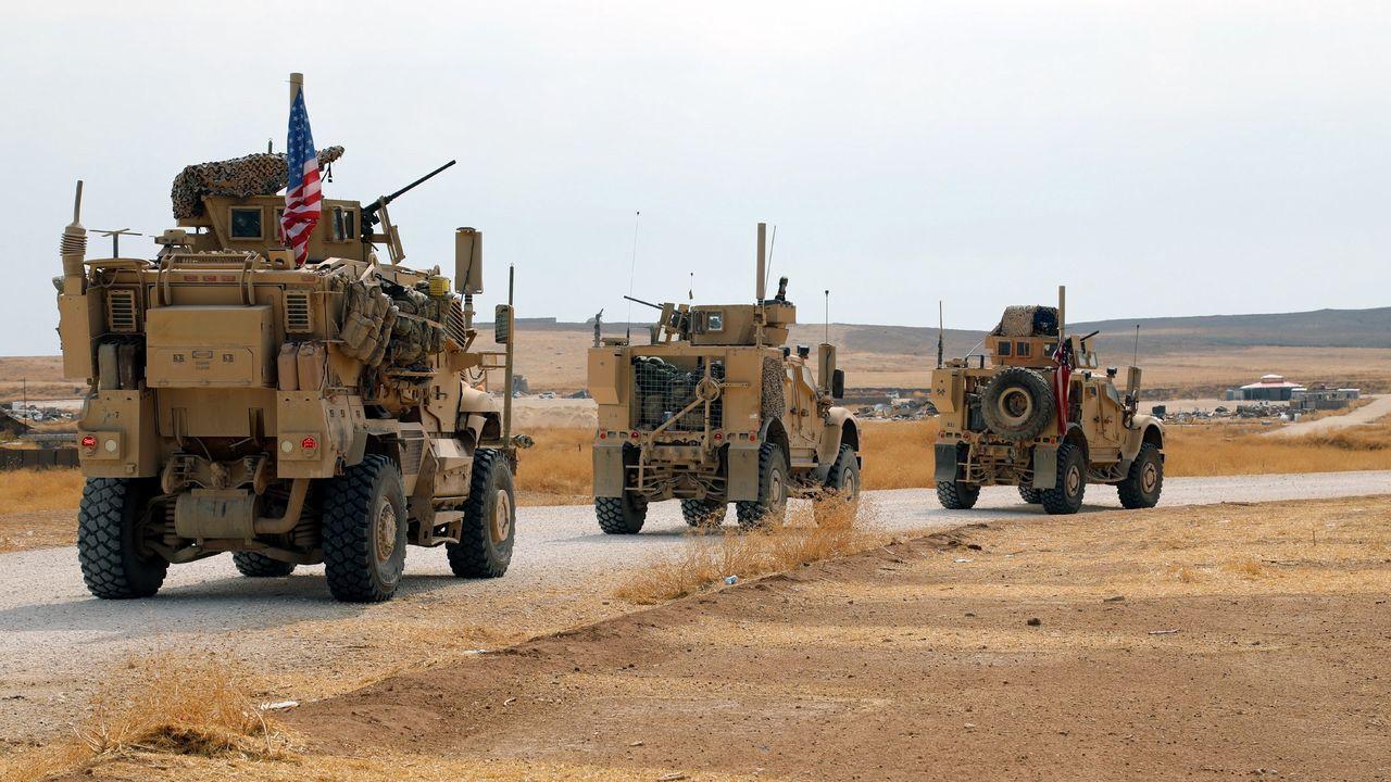 Un convoy de tropas estadounidenses se dirigen hacia la frontera con Irak, en el noroeste de Siria