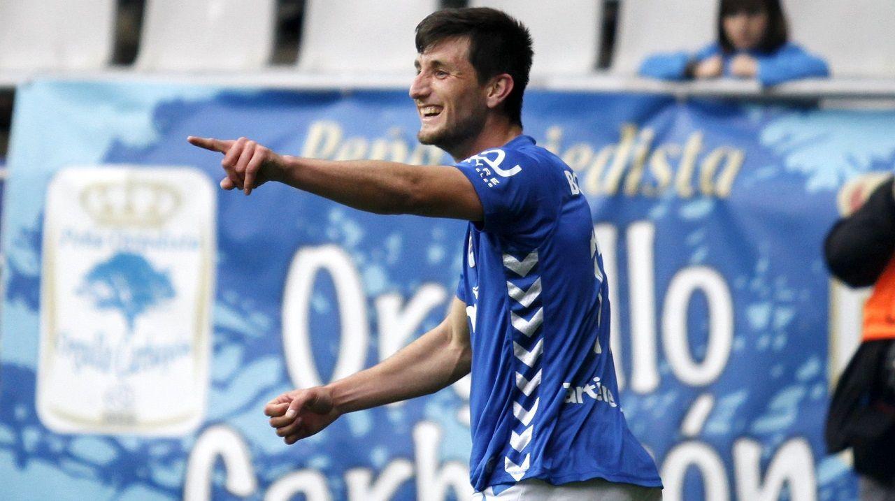 Borja Valle celebra un gol con el Oviedo en la temporada 15/16