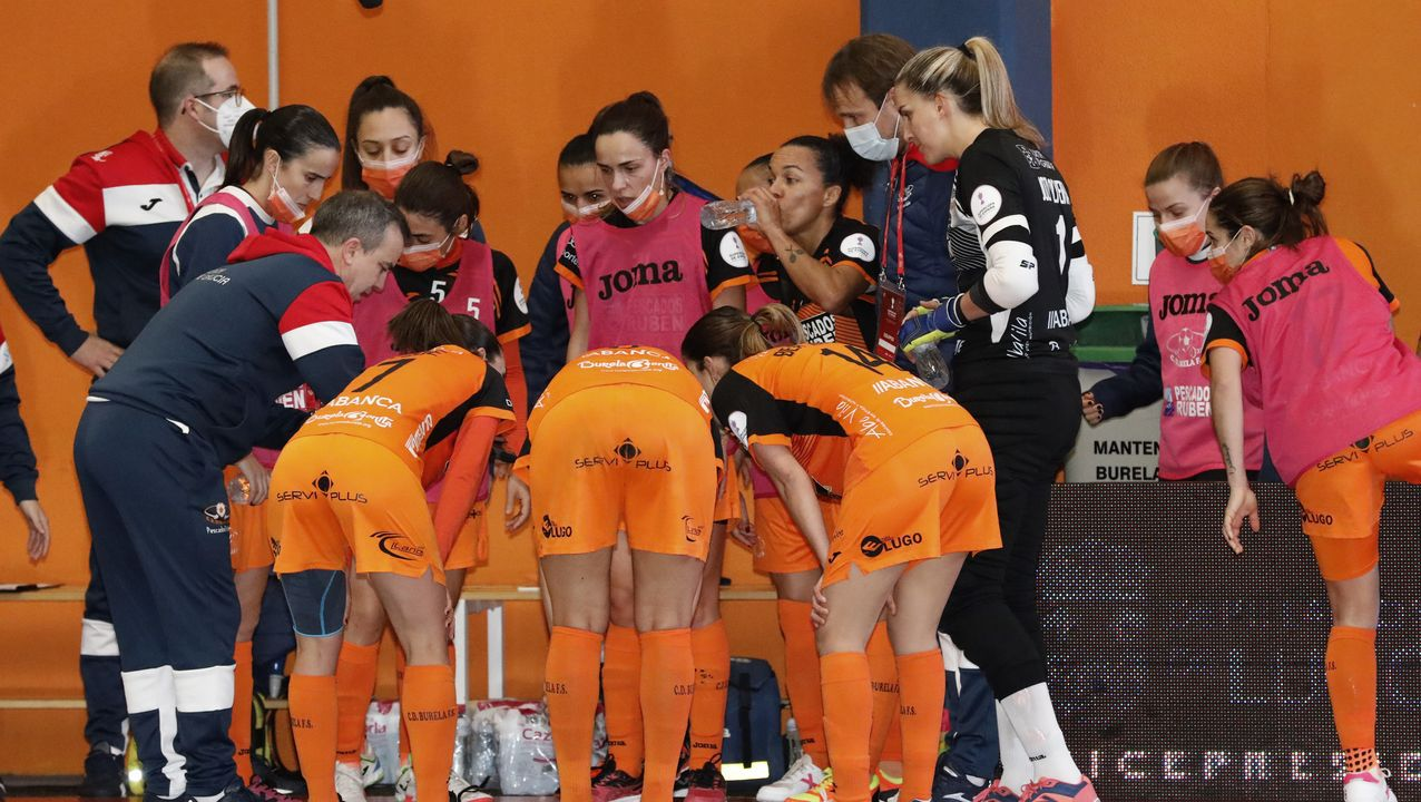 Julio Delgado da instrucciones a su equipo en un tiempo muerto de la Supercopa contra el Poio en Vista Alegre