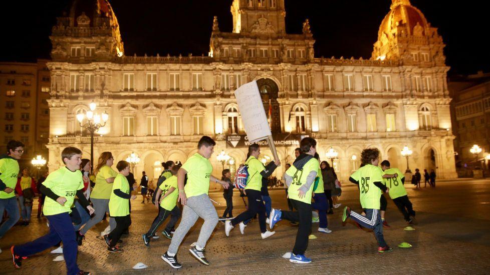 Niños del equipo de fútbol EIRIS entrenando en la plaza de María Pita para protestar por la falta de luz en su campo