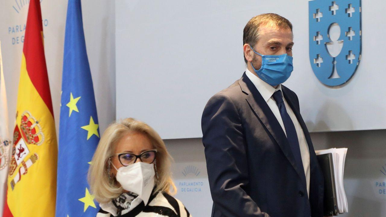 Jorge Aboal pasa por detrás de Corina Porro este jueves en el Parlamento