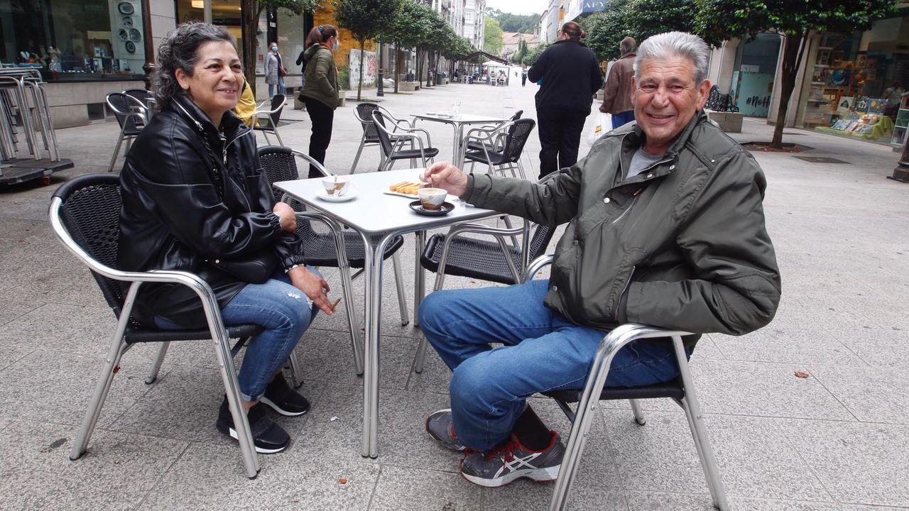 Pili y Pepe se toman su primer café en dos meses en la terraza del Minicentral, en Vilagarcía
