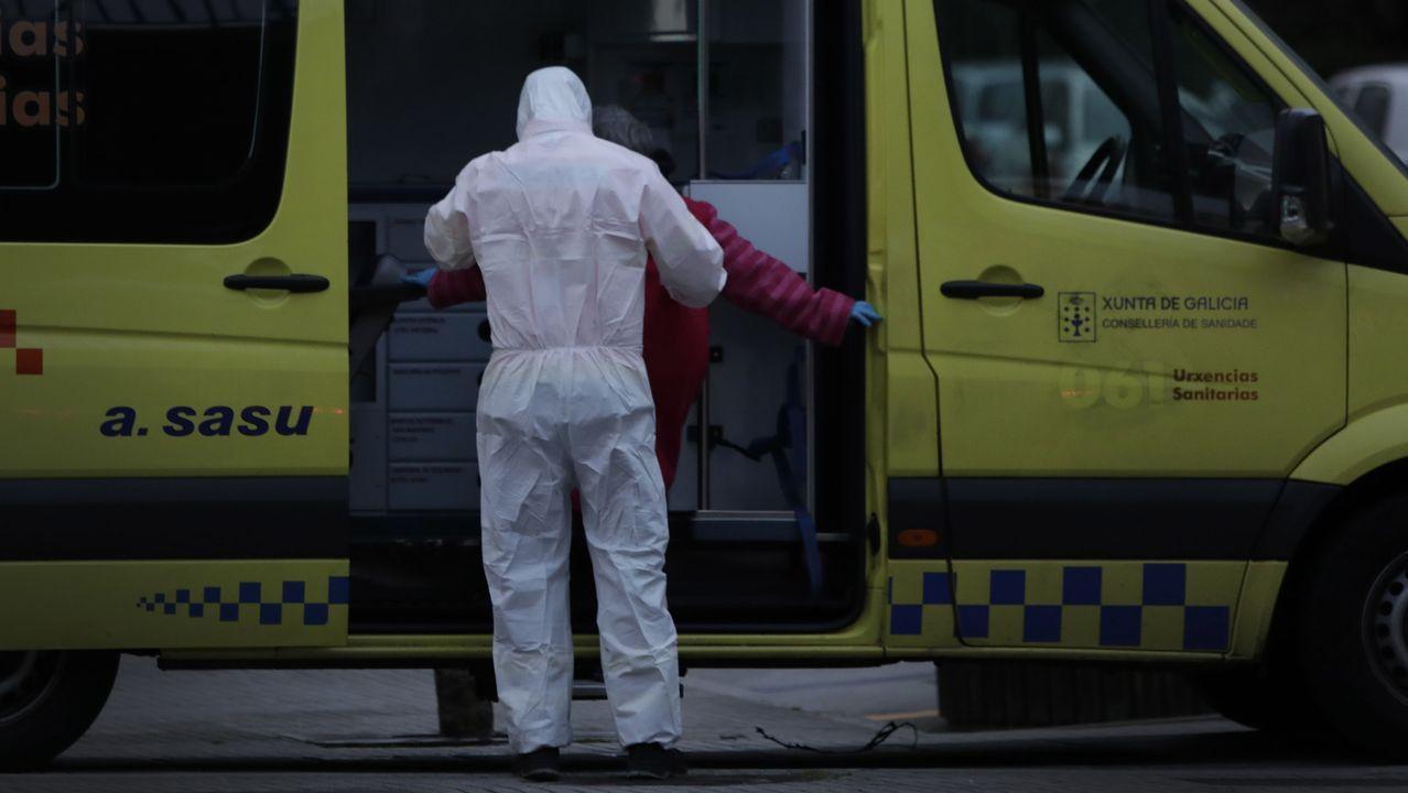 A Coruña comienza una nueva etapa con restricciones.Sanitarios atendiendo un posible caso de coronavirus en A Coruña