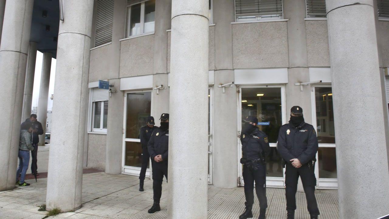El caso del supuesto enchufe de la cuñada de Carmela Silva llega a los juzgados.Agentes de la Policía Nacional, en el exterior de los juzgados de A Parda