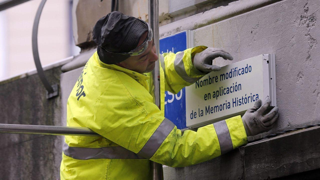 Un operario trabaja en la sustitución de la placa de la calle 19 de Julio, en el centro de Oviedo, en aplicación de la ley de Memoria Histórica por parte del Ayuntamiento de Oviedo