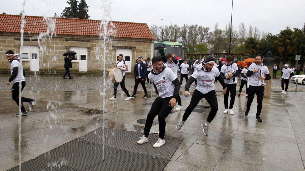 Los jugadores del Lemos, durante la celebración que montaron al llegar a Monforte desde Outeiro de Rei