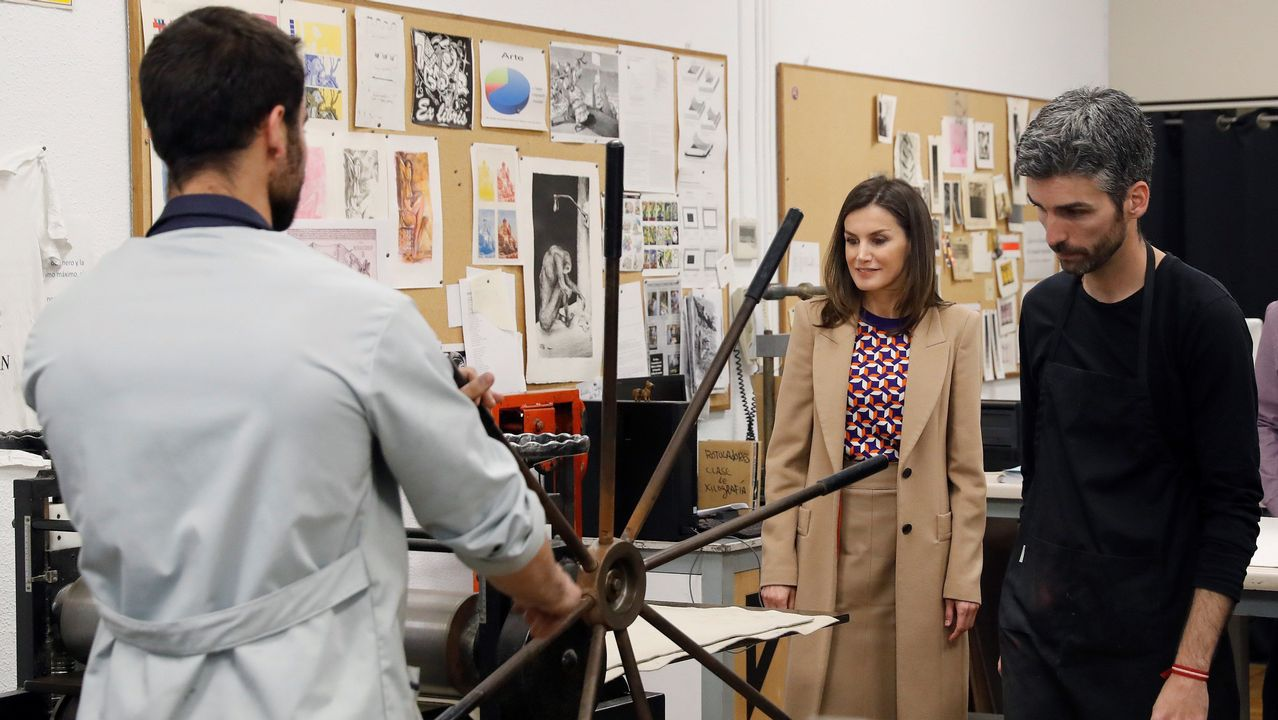 La reina Letizia Ortiz visita el escenario de «La Casa de Papel»
