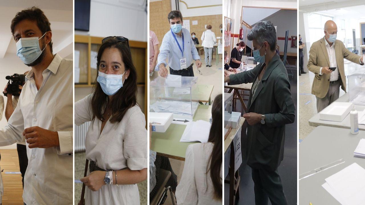 Votaciones de los candidatos y políticos locales en las mesas de A Coruña