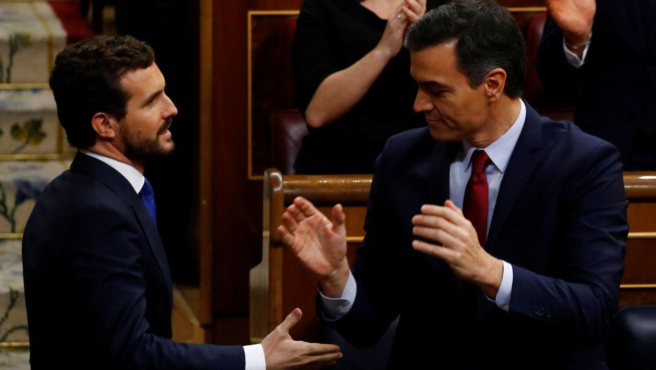 Pablo Casado felicita a Pedro Sánchez, el 7 de enero, tras su investidura como presidente del Gobierno