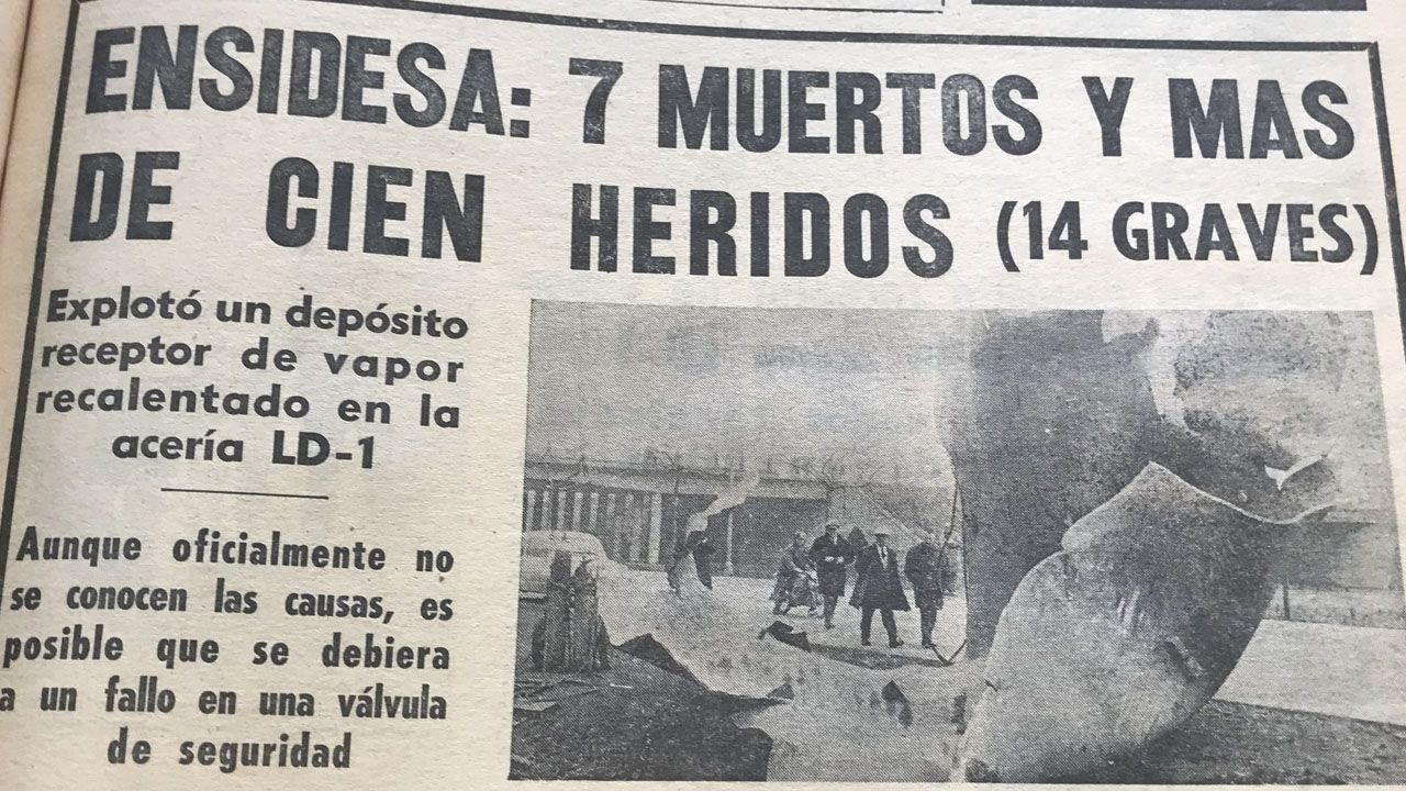 Cuando en Avilés llovieron piezas de metal que pesaban toneladas.Omar Ramos disputa un balón ante Aguza, con Luismi de fondo