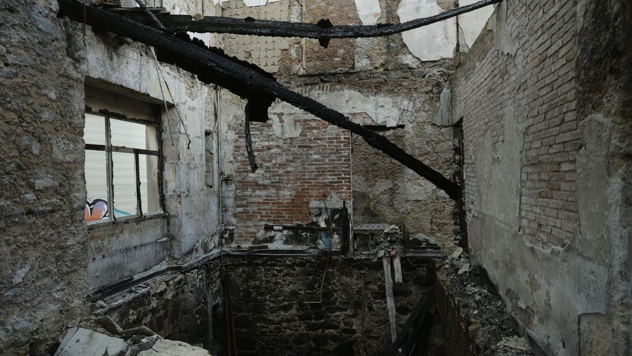 En la imagen tomada este 8 de diciembre aún se observan vestigios calcinados del incendio de este verano