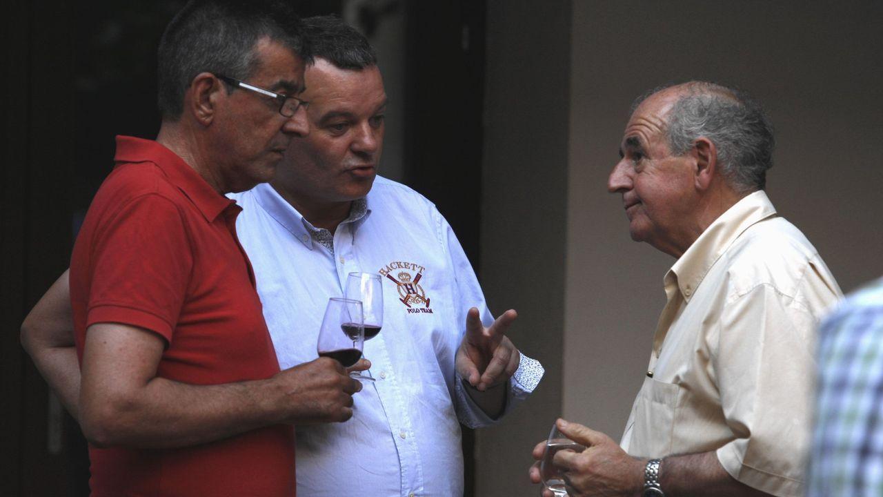 Jose Luis Álvarez (a la derecha) y Juan Carlos Armesto (centro) junto con el alcalde de Sober, Luis Fernández Guitián, durante una presentación de material turístico sobre la Ribeira Sacra
