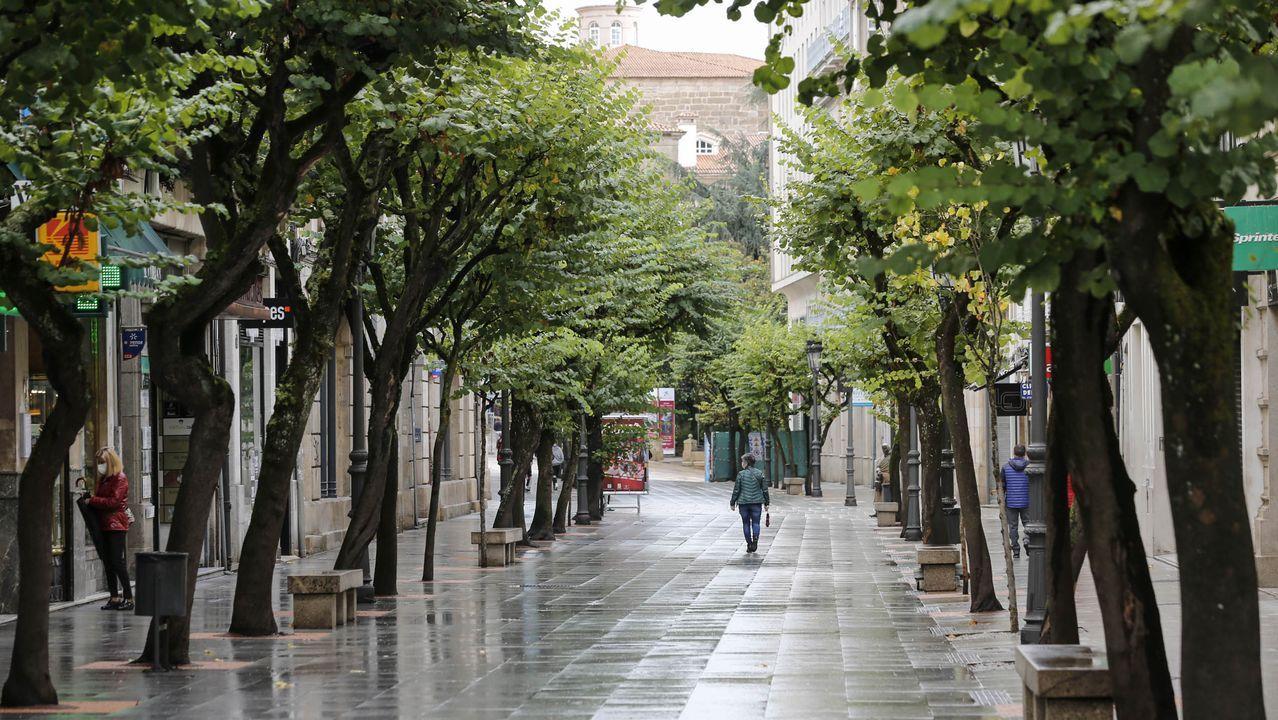 Las calles de Ourense presentaban ayer poco movimiento de personas tras anunciarse las medidas