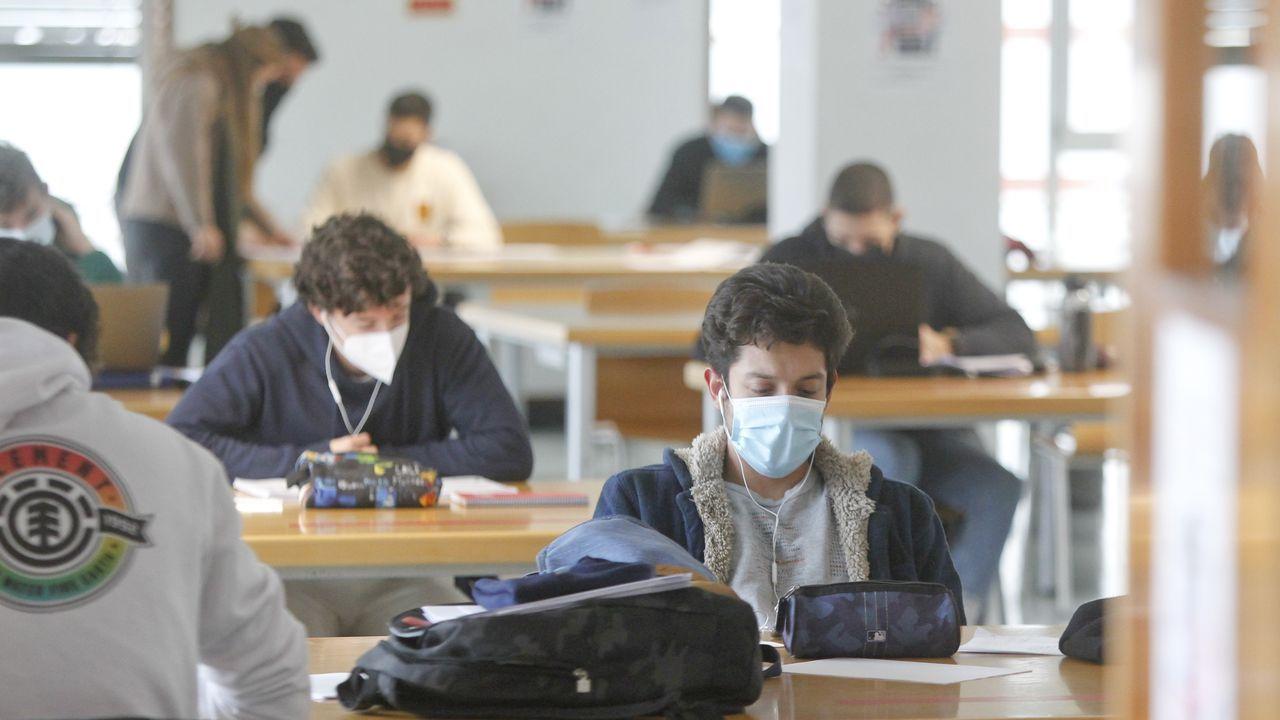 Alumnos estudiando en el Aulario de Esteiro, donde el cierre se adelanta desde hoy a las 21.30 horas por el nuevo toque de queda