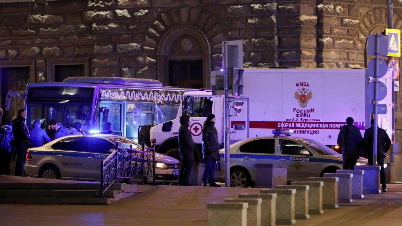 Una ambulancia en el lugar del tiroteo, frente a la sede del Servicio Federal de Seguridad (FSB) en Moscú