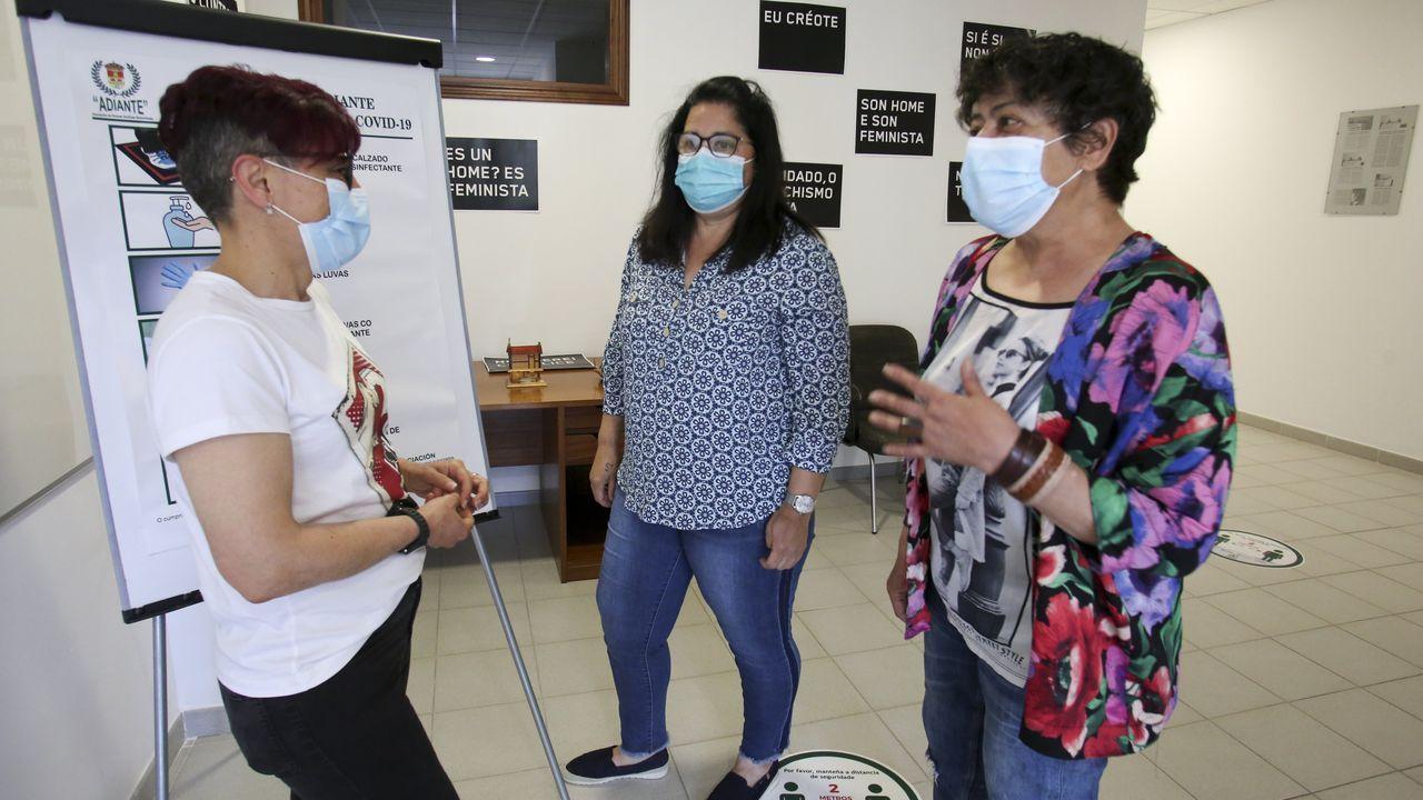 De izquierda a derecha, Pili Leal, secretaria de Adiante, Isabel Quiza, con un hermano alcohólico, y Fina Ramil, en rehabilitación desde hace dos años