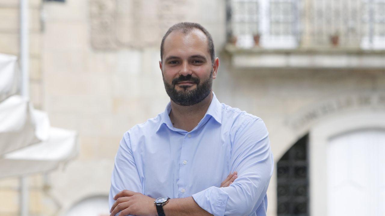 Laboratorio de la Universidad de Oviedo.El Alcalde de Ribera le entrega a «Velino» el obsequio del día de los mayores a la puerta de su casa