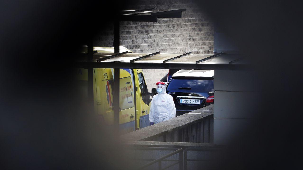 Un sanitario con el equipo de protección individual (EPI), en los accesos al hospital Montecelo, en Pontevedra