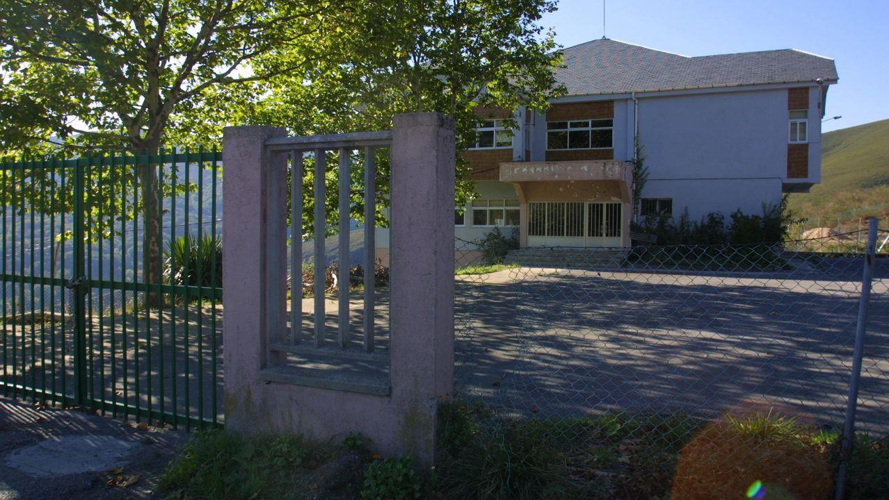 Imágenes que dejó el Xoves de Comadres en la comarca de Lemos.Antiguo colegio de Folgoso do Courel, donde está previsto construir la residencia