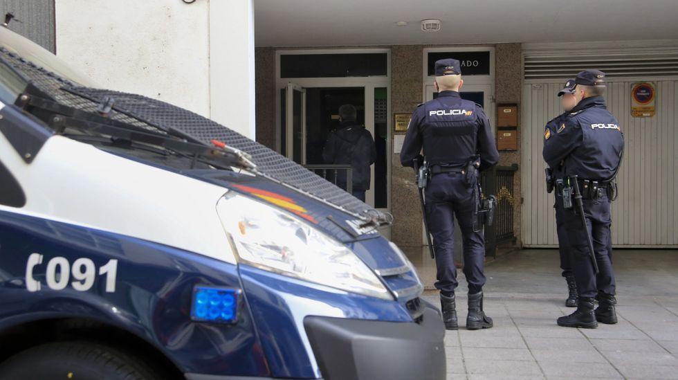 Agentes de la Policía Nacional frente a un portal en una calle de Monforte, en una fotografía de archivo