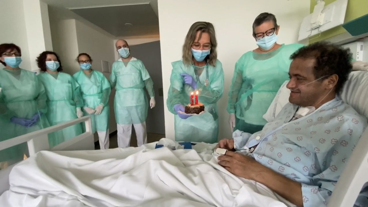 Óscar, que estuvo en coma por coronavirus en el CHUO, celebra su 58 cumpleaños con el equipo de enfermería que lo atiende.Un hombre pasando ante un grafiti del personaje don Ramón con mascarilla, en Montevideo