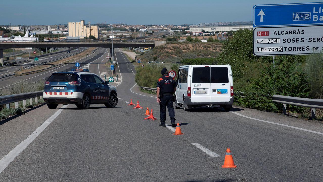 Un Mosso d'Esquadra realiza un control de carreteras en la comarca del Segriá