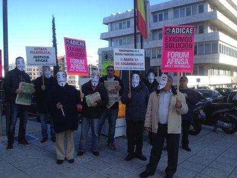 Estafados de Afinsa y Forum protestan ante los juzgados de Vigo....
