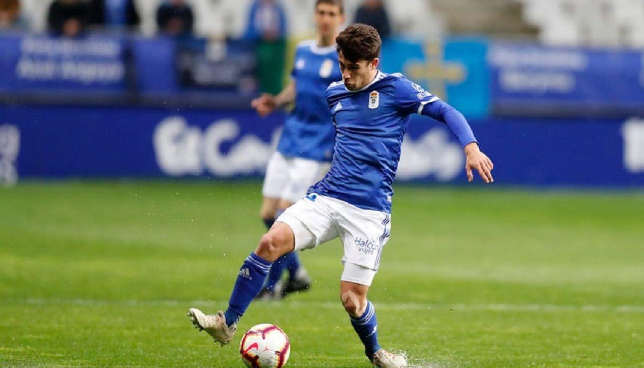 Jimmy controla un balón en el Real Oviedo-UD Las Palmas