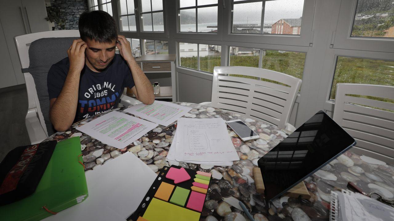Unos 26.000 profesores se examinan hoy en Galicia para ser funcionarios.Jorge, aspirante a profesor de Primaria, dando los últimos repasos en su casa de O Vicedo