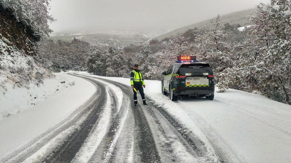 En la carretera OU-122 (Sobradelo-Trevinca) en el término de Carballeda de Valdeorras la Guardia Civil auxiliaba a los conductores