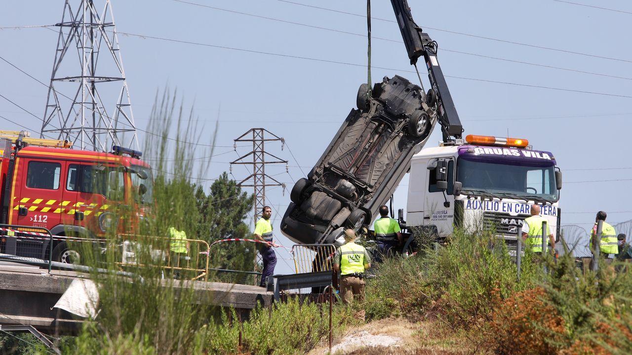 Herido leve tras caer con su coche a las vías del tren de O Porriño.Los hermanos Vallejo en la asistencia de un rali
