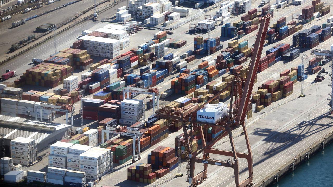 Zona de descarga de contenedores en el Puerto de Vigo
