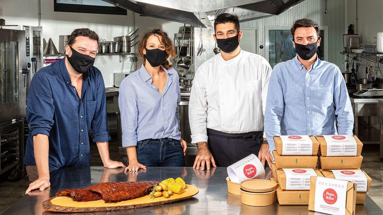 Diego Núñez, Paula Vázquez, Taky y Rubén Núñez son los responsables de Pepa Ribs, una empresa coruñesa de comida a domicilio que por ahora comercializa costillas con salsa barbacoa