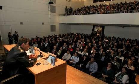 El juez de menores Juan Calatayud llenó por completo el aforo de la Fundación Barrié.