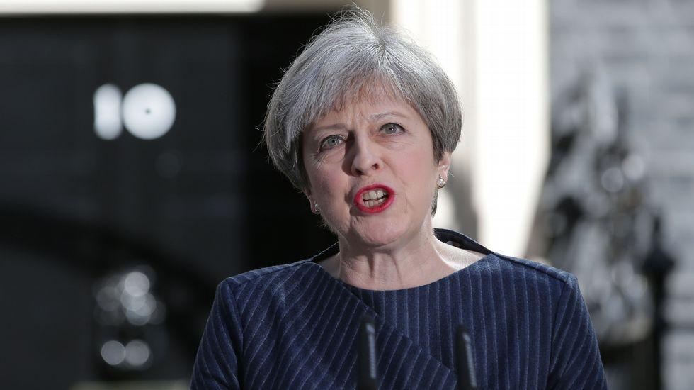 Theresa May anuncia que su gobierno convocará elecciones anticipadas para el 8 de junio.Sir John Elliott, junto a Amelia Valcárcel, en el Hotel de la Reconquista