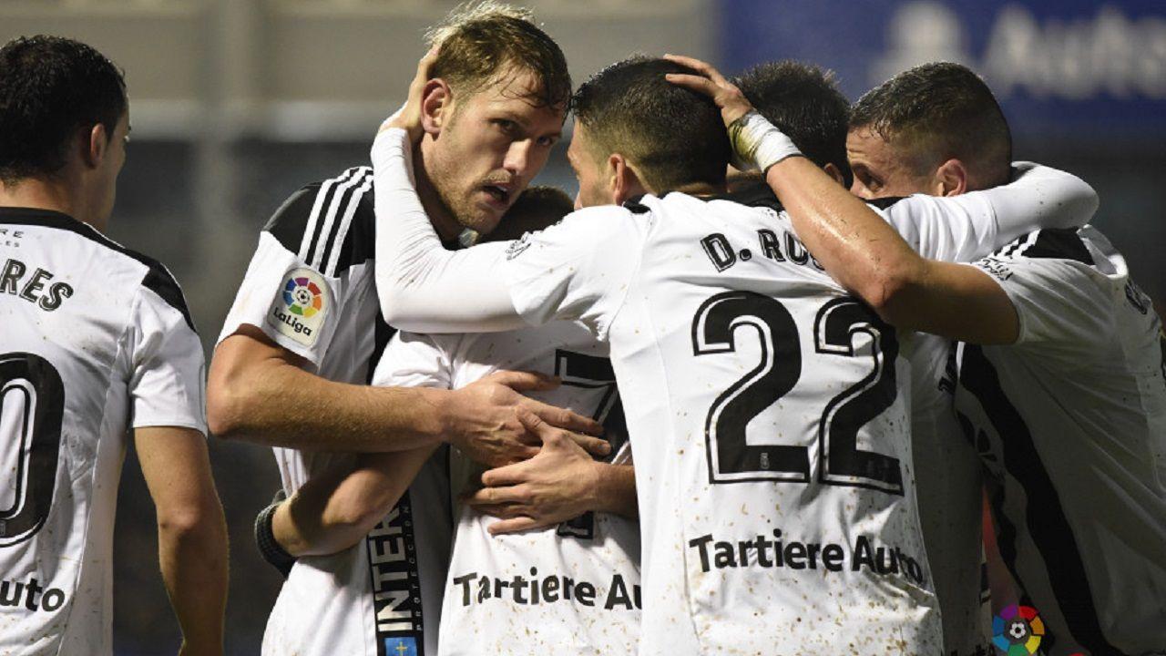 moi gomez.Jugadores del Oviedo se abrazan tras el gol de Aarón