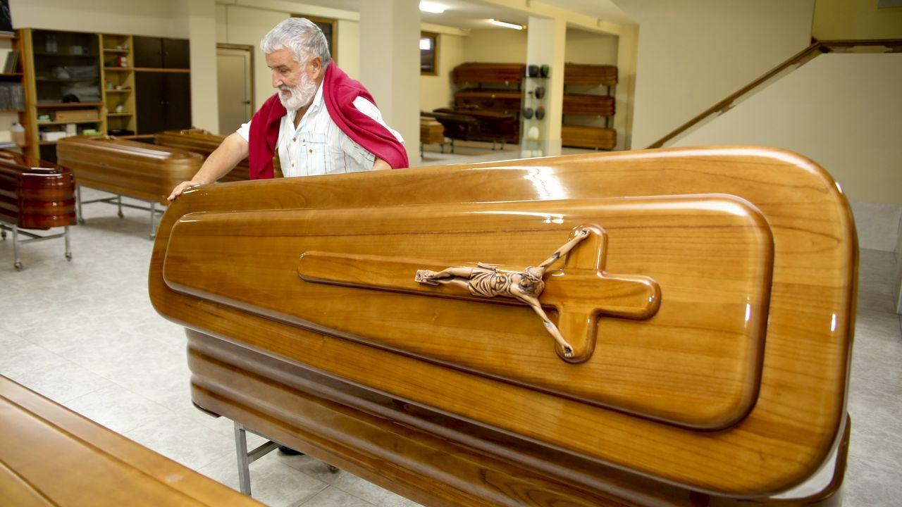Juan Manuel Pombo gestiona una docena de tanatorios en toda la Costa da Morte.